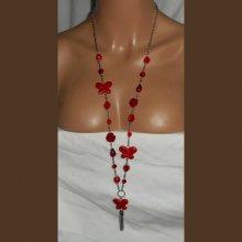 Sautoir en cristal rouge avec rose et papillon en céramique