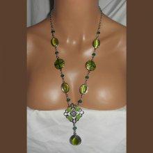 Sautoir en émail vert avec perles en cristal